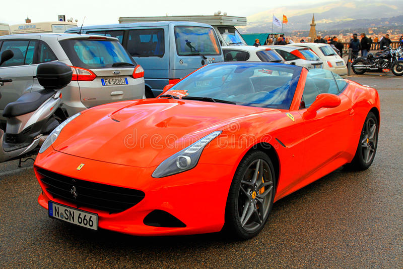 Roter italienischer cabrio Supercar Ferrari Kalifornien lizenzfreie stockfotografie