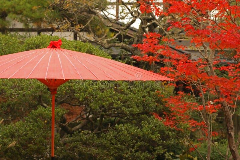 Roter japanischer Regenschirm lizenzfreies stockbild