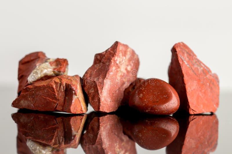 Roter Jaspis, ungeschnitten und Polier, Steinheilkunde stockfotos