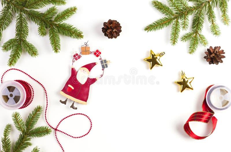 Roter Kasten mit Bogen Grüner Tannenbaumast, Kiefernkegel, Weihnachtsdekoration auf weißem Hintergrund lizenzfreie stockbilder
