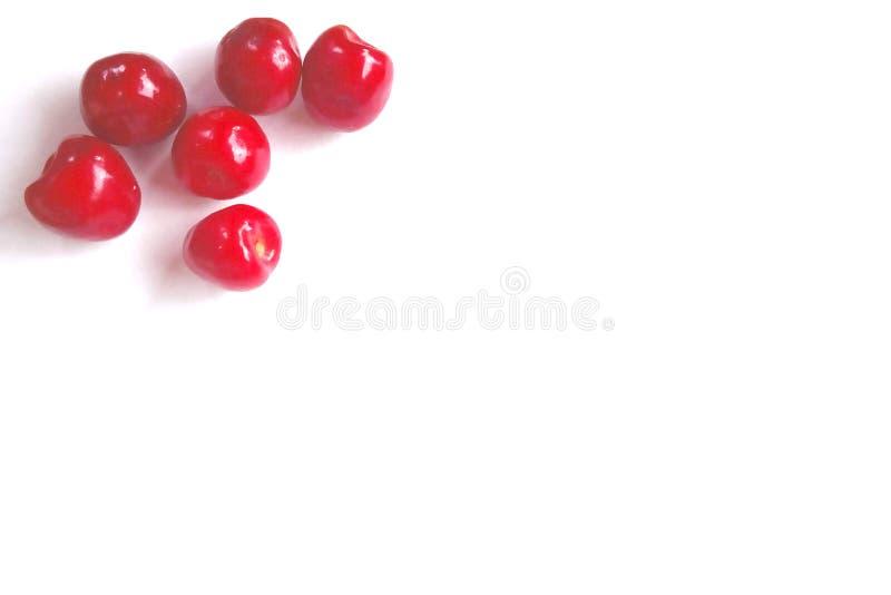 Roter Kirschrahmen oder -grenze auf einem hölzernen Hintergrund Zentraler Exemplarplatz Eine Handvoll reife saure Beeren liegen i stockfotografie