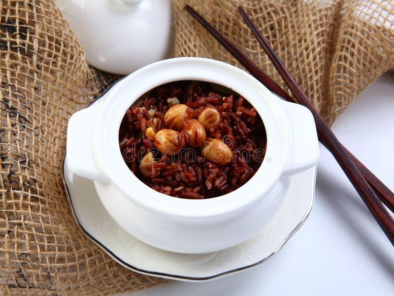Roter klebriger Reis mit Lotosbohne auf weißer Schüssel im Restaurant stockbilder