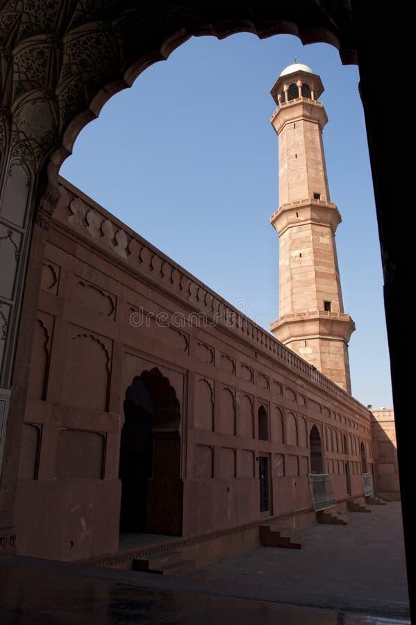 Roter Kontrollturm der Lahore-Moschee lizenzfreies stockbild