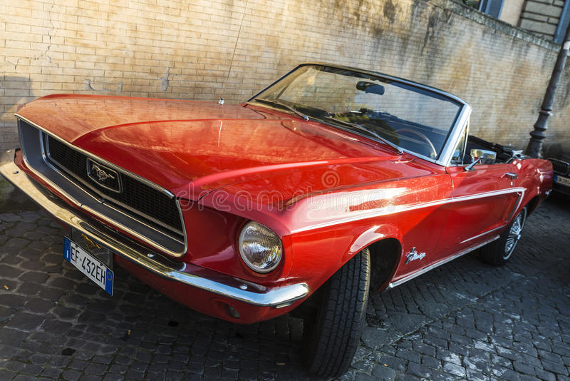Roter konvertierbarer Ford Mustang in Rom, Italien lizenzfreies stockbild