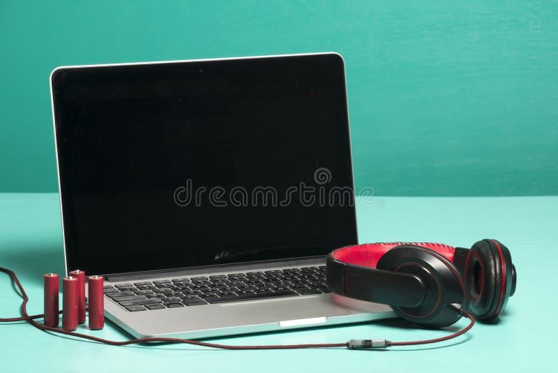 Roter Kopfhörer auf einem Notizbuch stockfotos