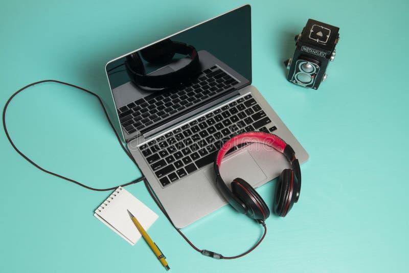 Roter Kopfhörer auf einem Notizbuch lizenzfreie stockfotografie