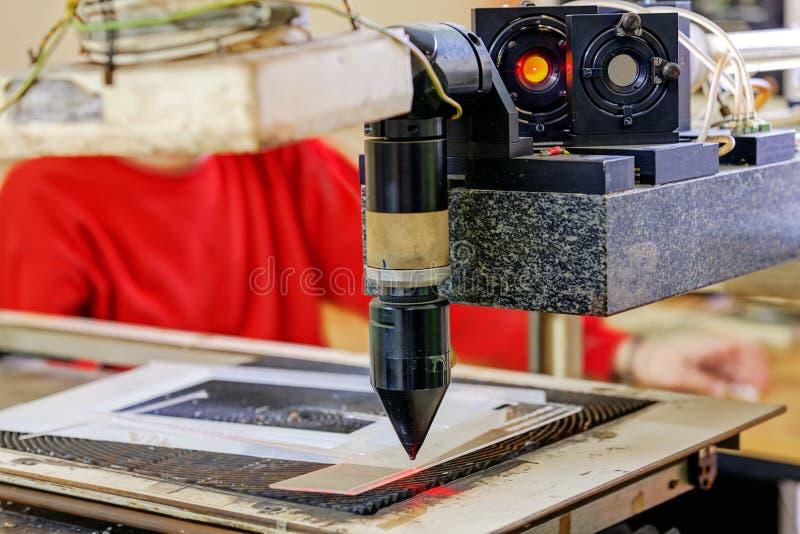 Roter Laser auf Schneidemaschine lizenzfreies stockbild