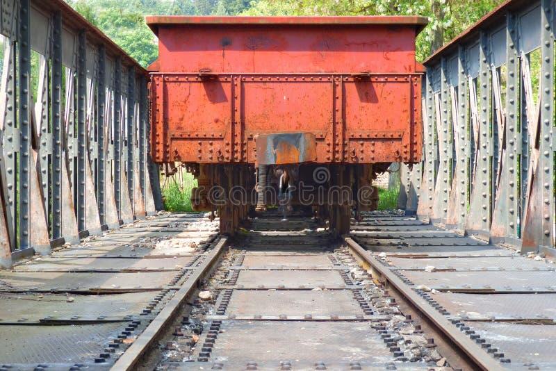 Roter Lastwagen auf Metallbrücke lizenzfreie stockfotos