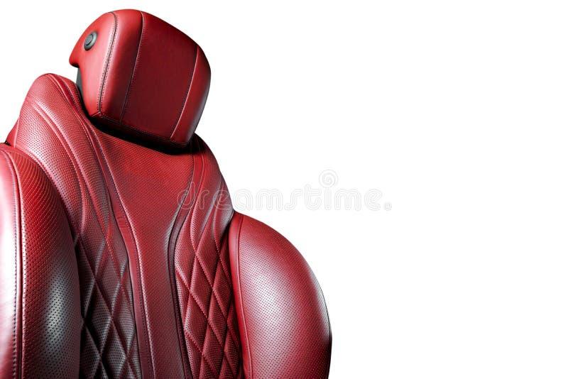 Roter lederner Innenraum des modernen Luxusautos Durchlöcherte rote lederne bequeme Sitze mit dem Nähen lokalisiert auf weißem ba lizenzfreie stockbilder