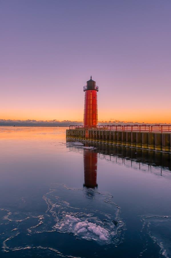 Roter Leuchtturm auf einem langen Pier in Milwaukee, Wisconsin auf Michigansee stockfotografie