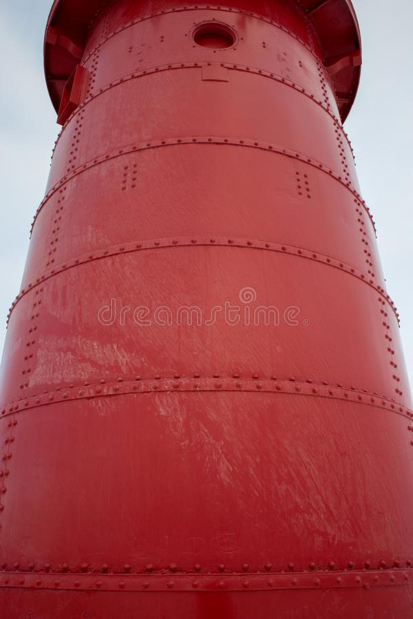 Roter Leuchtturm in den letzten Momenten des Tageslichts stockfoto