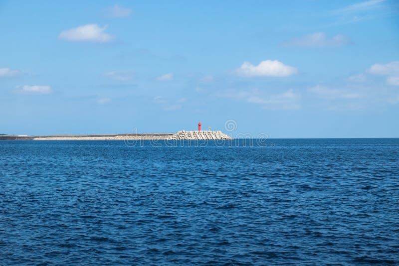 Roter Leuchtturm mit wavebrakers an Yongmeori-Strand, Sanbang-ro, Jeju-Insel, Südkorea stockbilder