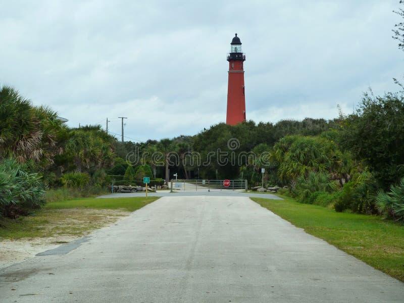 Roter Leuchtturm am Museum stockfotografie