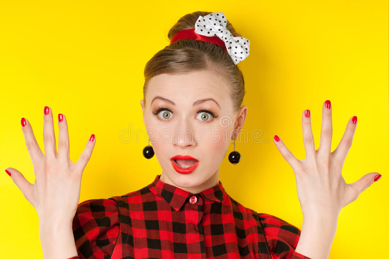 Roter Lippenstift und rote Nägel Porträt des Zaubermädchens mit hellem stockbilder