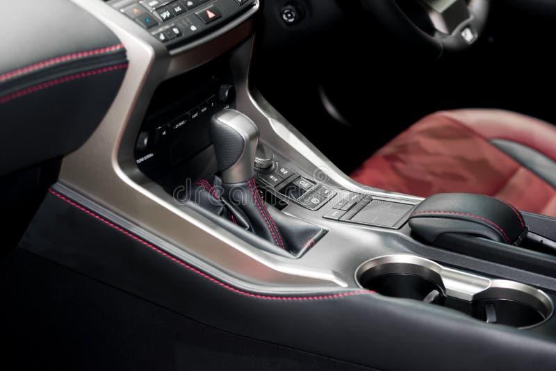 Roter Luxusauto Innenraum mit Lenkrad, Schalthebel und Luft lizenzfreie stockfotos