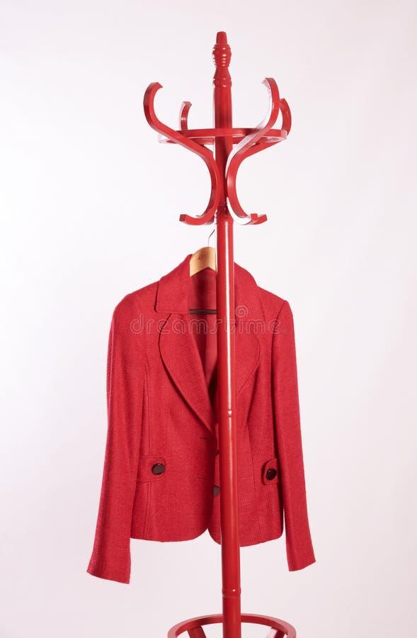 Roter Mantel der Damen auf einem Kleidungsstand stockfoto