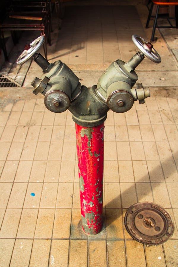 Roter metallischer Hydrant lizenzfreie stockfotos