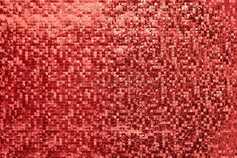 Roter metallischer quadratischer dreidimensionaler Hintergrund Glänzende Metallsilberfolienbeschaffenheit lizenzfreie stockbilder