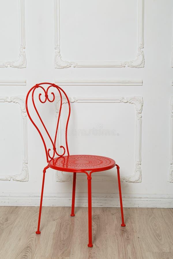Roter Metallstuhl lizenzfreie stockfotografie
