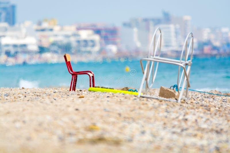 Roter Metallstuhl auf sandigem Strand, Montpellier Frankreich stockbilder