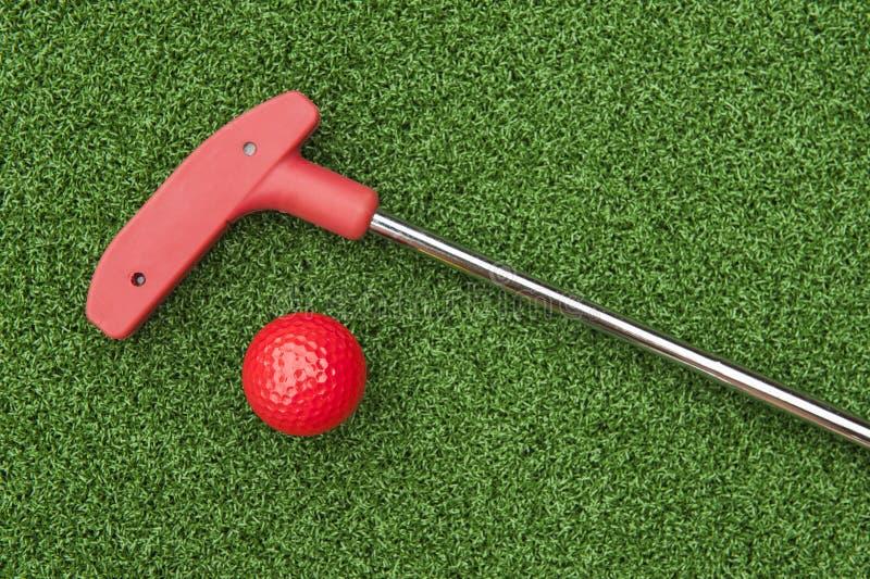 Roter Mini Golf Putter und Ball lizenzfreie stockfotografie