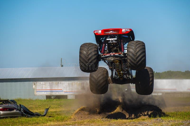 Roter Monstertruck lizenzfreies stockfoto