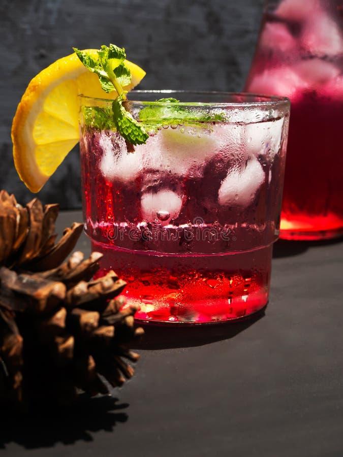 Roter Nektar mit einer Mischung des Sodas und der Zitrone, ein kaltes Getränk auf dem Tisch stockfotografie