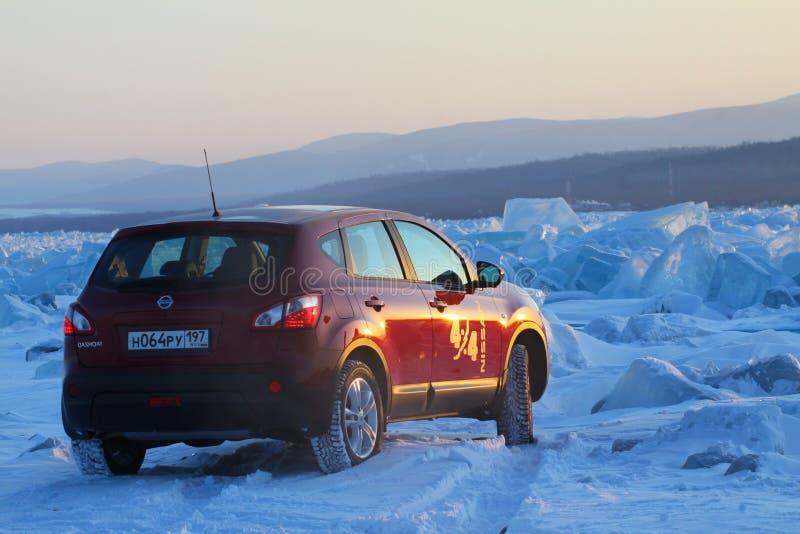 Roter Nissan Qashqai auf Eis vom Baikalsee lizenzfreie stockbilder