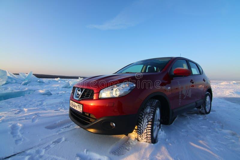 Roter Nissan Qashqai auf Eis vom Baikalsee stockfoto