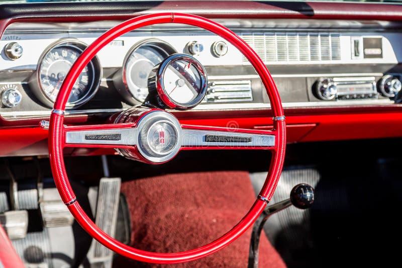 Roter Oldsmobile-Innenraum lizenzfreie stockfotografie
