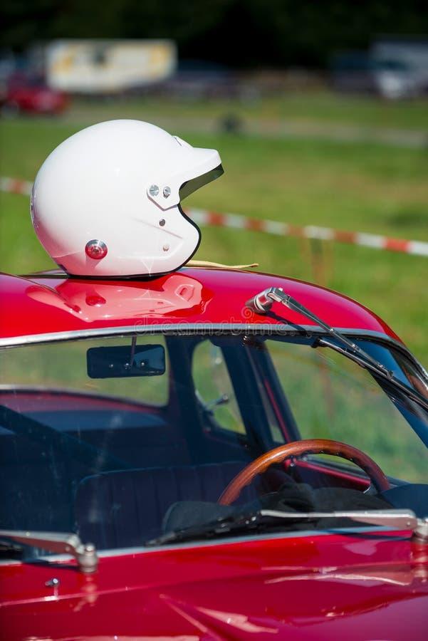 Roter Oldtimer, der auf das Rennen wartet lizenzfreies stockbild