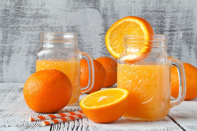Roter Partei-Durchschlag mit orange Scheiben lizenzfreie stockfotografie