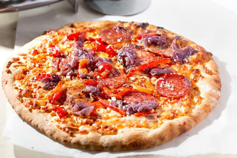 Roter Pfeffer, Pepperonipizza stockbild