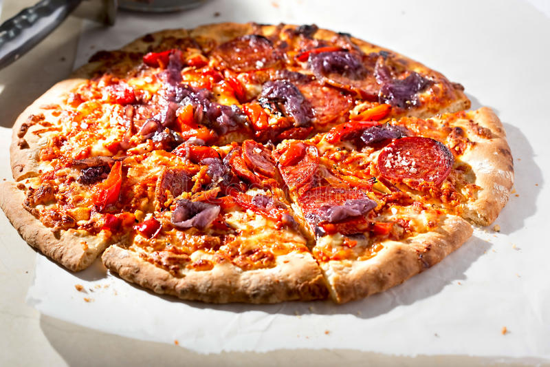 Roter Pfeffer, Pepperonipizza lizenzfreies stockfoto