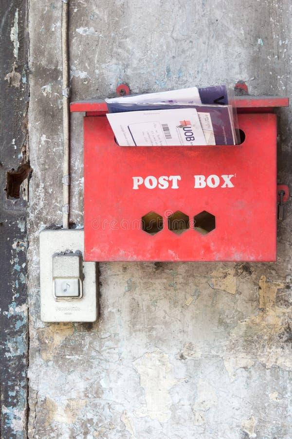 Roter Postbox in Bangkok, Thailand lizenzfreies stockfoto
