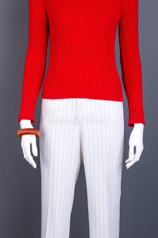 Roter Pullover für Frauen auf Mannequin lizenzfreie stockfotografie