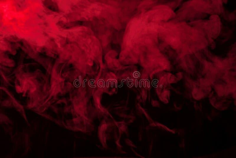 Roter Rauch oder schwarzer Dampf für Tapete stockfotos