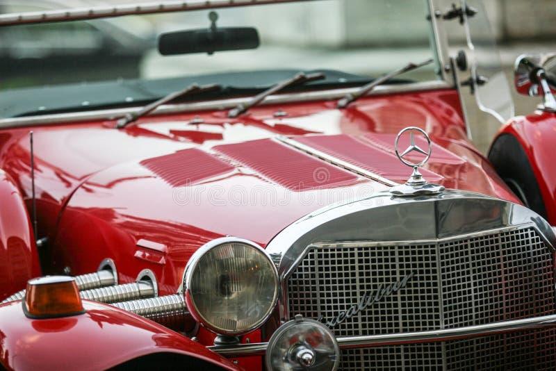 Roter Retro- Mercedes stockfotografie