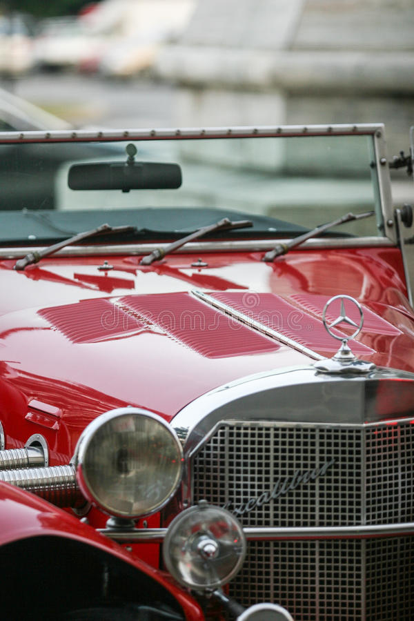 Roter Retro- Mercedes lizenzfreies stockfoto