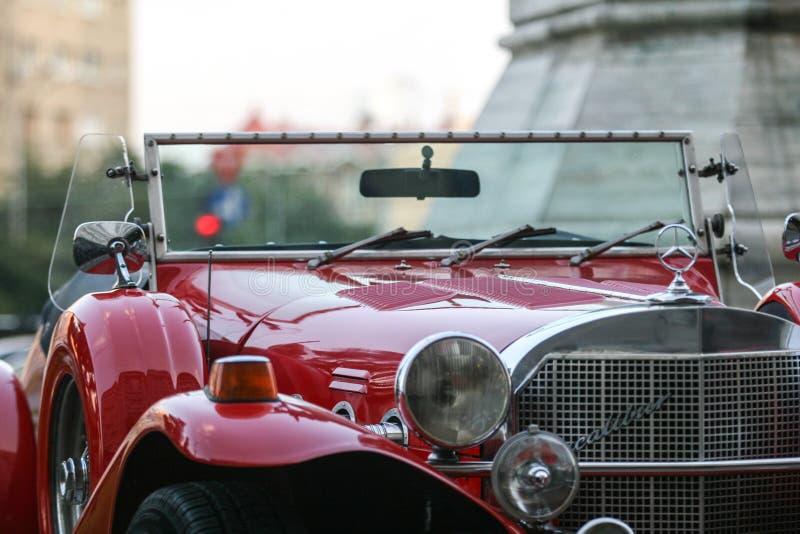 Roter Retro- Mercedes lizenzfreie stockfotografie