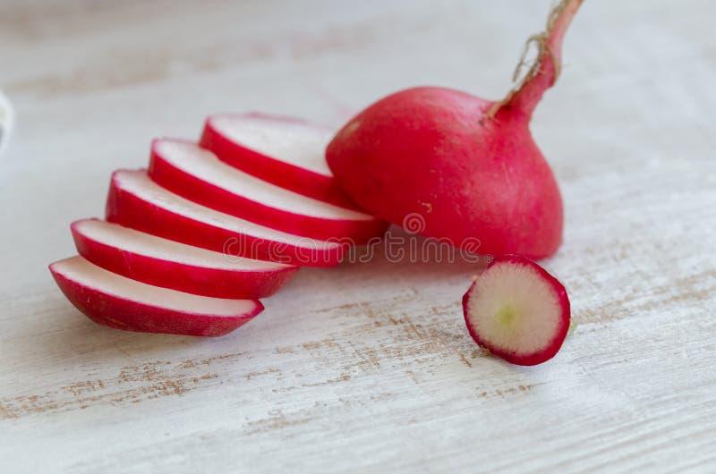 Roter Rettich auf weißem Holztisch stockfoto