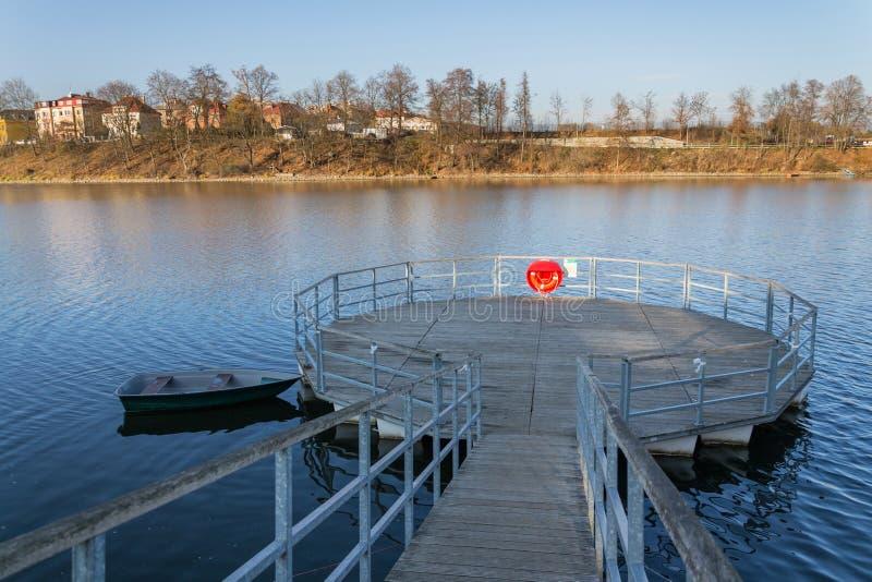 Roter Rettungsring, der am hölzernen Pier, Jordanien-Teich, Tabor, älteste Verdammung in der Tschechischen Republik, sonniger Her lizenzfreie stockfotos