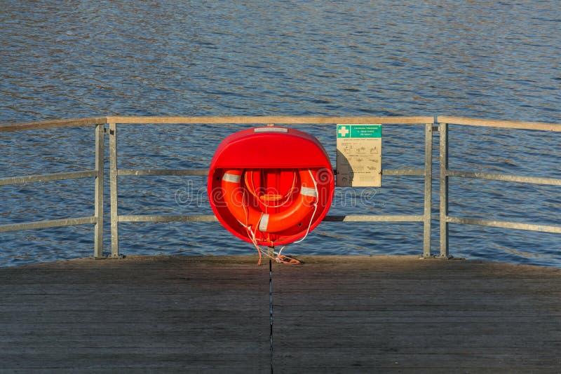 Roter Rettungsring, der am hölzernen Pier, Jordanien-Teich, Tabor, älteste Verdammung in der Tschechischen Republik, sonniger Her stockbild