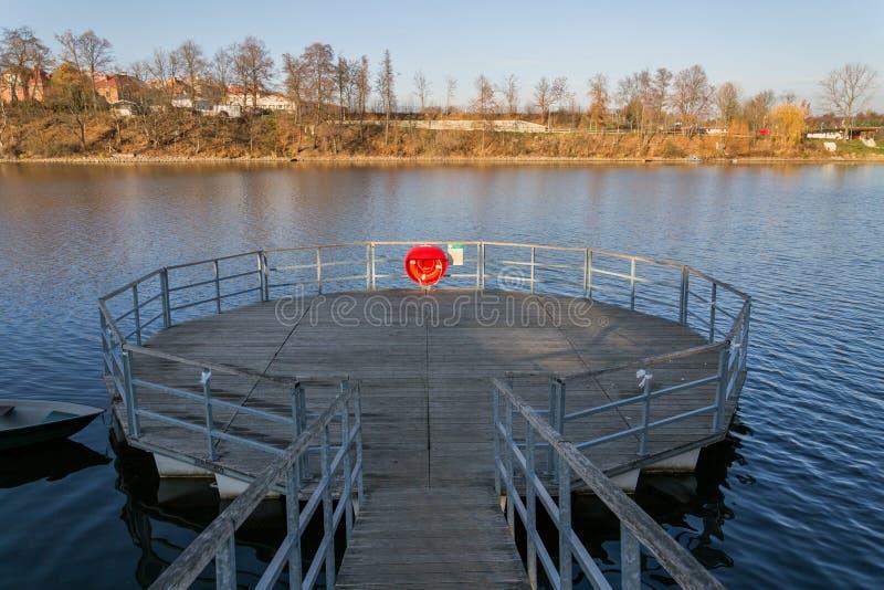 Roter Rettungsring, der am hölzernen Pier, Jordanien-Teich, Tabor, älteste Verdammung in der Tschechischen Republik, sonniger Her stockbilder