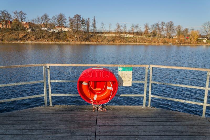 Roter Rettungsring, der am hölzernen Pier, Jordanien-Teich, Tabor, älteste Verdammung in der Tschechischen Republik, sonniger Her lizenzfreie stockfotografie