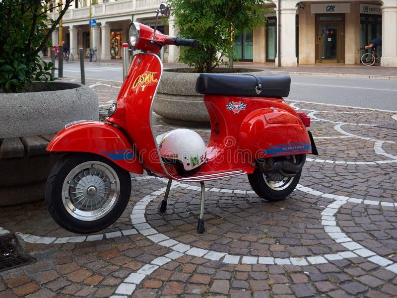 Roter Roller parkte auf einer Straße in Mestre, Italien lizenzfreie stockbilder