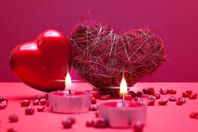 Roter romantischer Hintergrund mit Inneren lizenzfreie stockfotografie