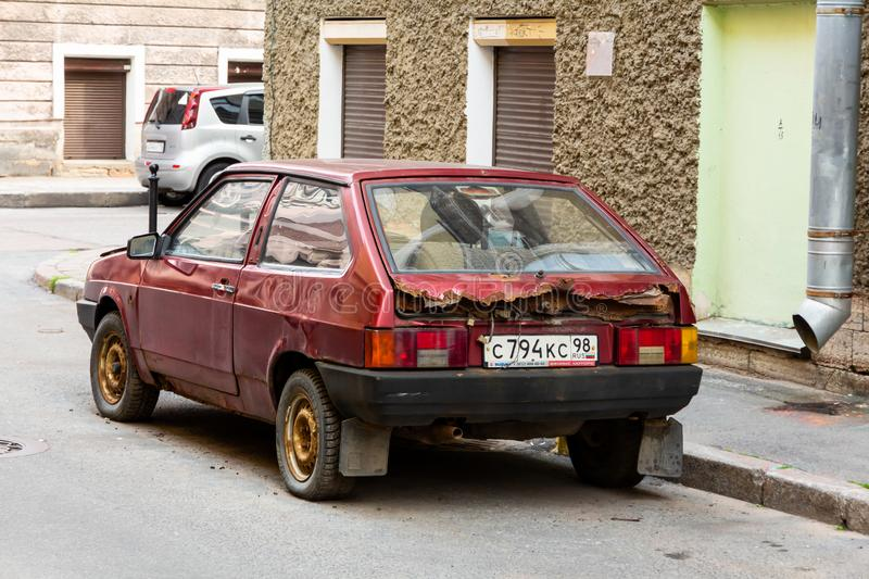 Roter rostiger Auto Sowjet Lada in St Petersburg stockfoto
