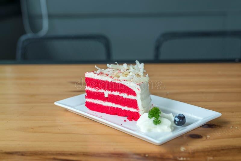 Roter Samtkuchen auf weißer Platte stockfotografie