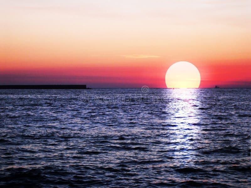 Roter schöner Sonnenuntergang stockbilder